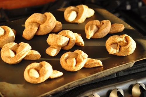 Garlic-bread-knots-ontray